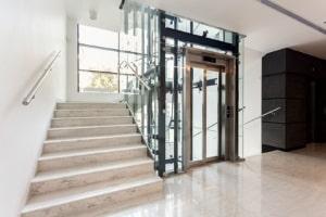 Brandschutz: Zugang zum Aufzug sowie das Treppenhaus sind so frei zu halten, dass ein Rettung möglich ist.
