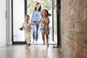Für den Brandschutz im Mehrfamilienhaus, besonders im Treppenhaus, ist der Vermieter verantwortlich.