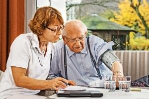 In einer Demenz-Wohngemeinschaft werden Bewohner rund um die Uhr betreut.