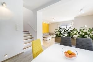 Ein getrennt lebendes Ehepaar erhob Anspruch auf zwei übereinander liegende Wohnungen im gleichen Mietshaus.