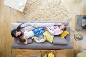 Mehrere Gerichtsurteile haben Kinderlärm in Mietwohnungen nicht als Ruhestörung definiert.