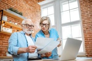 Eine Immobilie zu verrenten, kann auch über einen Teilverkauf erfolgen.