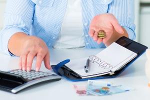Lohnt sich die stabile Miete gegen eine Gebühr von zehn Euro mehr Miete im Monat? Mieter sollten das auf jeden Fall nachrechnen.