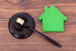 Dem Mieter zu kündigen, wegen dem Hauskauf, ist rechtlich nicht möglich.