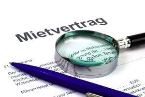 Wer eine Mietminderung beanspruchen möchte, sollte seinen Mietvertrag aufmerksam durchlesen.