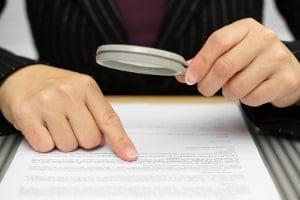 Wer einen Mietvertrag unterschreiben möchte, sollte ihn sich vorher ganz genau durchlesen.