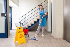 Treppenhausreinigung: Vermieter können Kosten auf Mieter umlegen, wenn Nebenkosten vereinbart sind.