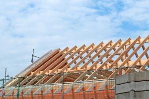 Umlagefähige Betriebskosten: Vermieter dürfen z. B. Dacharbeiten nicht zu diesen zählen.