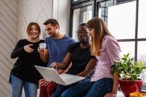 Eine Nicht-Zweck-Wohngemeinschaft bietet beispielsweise Studenten die Möglichkeit, schnell Kontakte zu knüpfen.