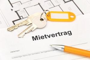 Bei einer Wohnungsübergabe sind laut Vertrag vereinbarte Schlüssel auszuhändigen oder zurückzugeben.